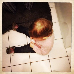 bebe-12-mois-savon-bilan-lavabo